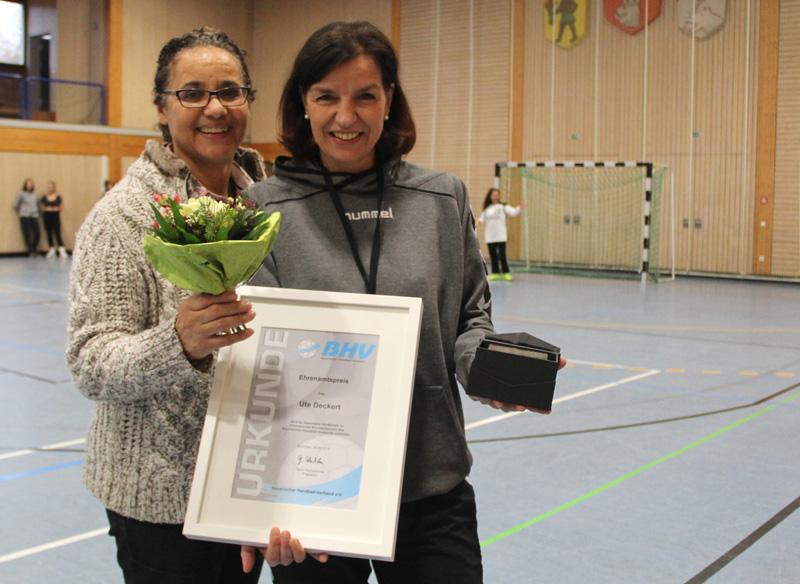 Von der unterfränkischen BHV-Vize Liane Lurz erhielt TSG-Trainerin Ute Deckert den bayerischen Ehrenamtspreis.